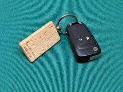 Schlüsselanhänger aus Holz mit Metallring. 31 x 55 mm mit Motiv nach Wunsch für das Schlüsselbund