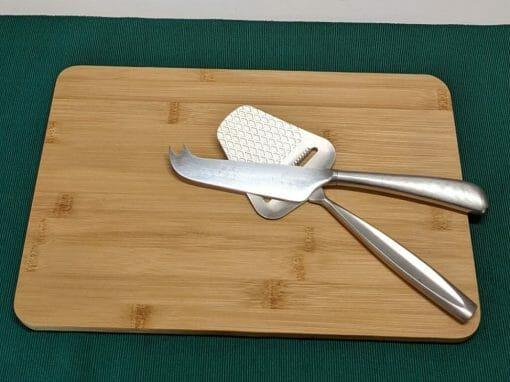 Schneidebrett aus Bambus, eckig 30x20 cm, mit Käsehobel und Käsemesser