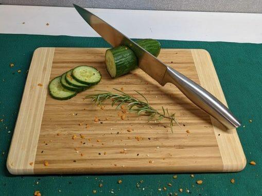 Hackbrett aus Bambus, eckig 32x24 cm, mit Gurke und Messer