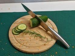 Schneidebrett aus Bambus, rund 25 cm Durchmesser, mit Gurke und Messer