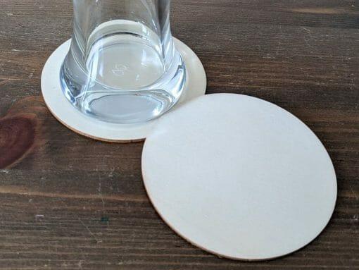Untersetzer aus Holz, Durchmesser 10 cm.