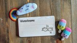 Frühstücksbrettchen / Kinderbrett aus Holz / Sternzeichen Fische / graviert und personalisiert