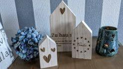 Holzhäuser graviert: Familie - Zuhause - Liebe - Herzen